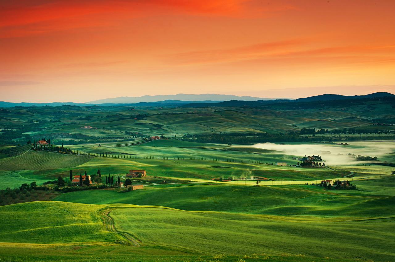 Картинка Тоскана Италия тумане Природа холм Луга Рассветы и закаты горизонта Туман тумана Холмы холмов рассвет и закат Горизонт