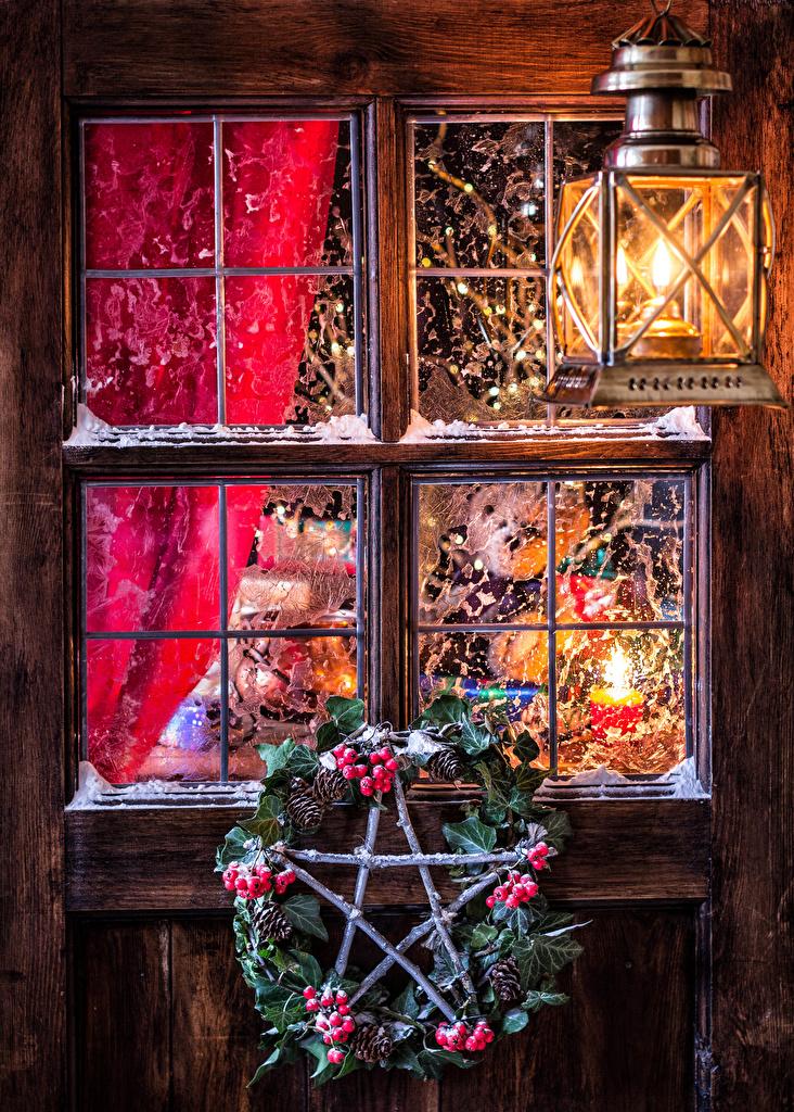 Обои для рабочего стола Рождество Окно шишка Ягоды на ветке Уличные фонари Новый год окна Шишки Ветки ветка ветвь