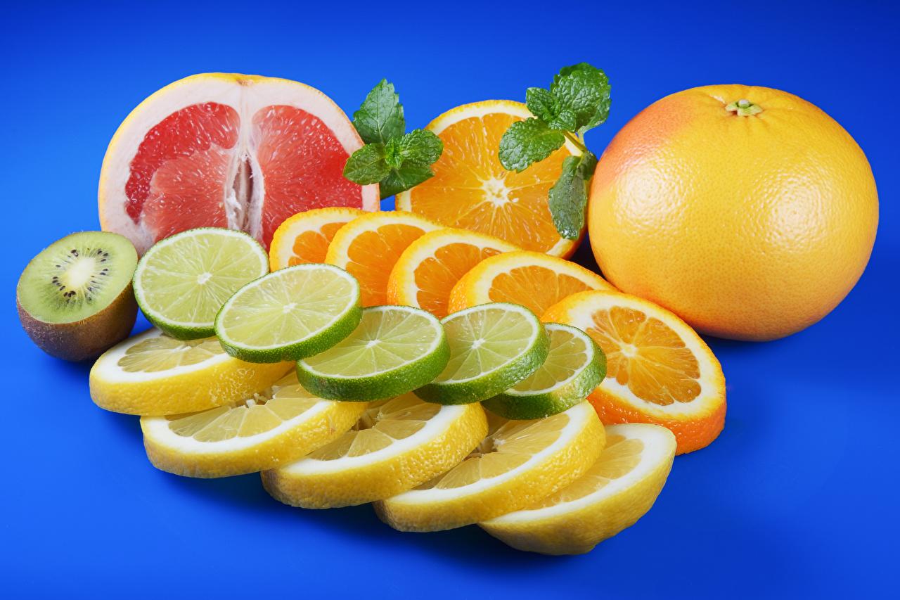 Обои Апельсин Грейпфрут Киви Лимоны Пища Нарезанные продукты Цитрусовые Цветной фон Еда нарезка Продукты питания