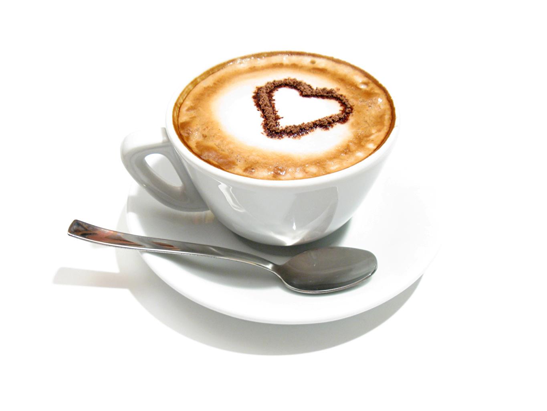 Фото сердечко Кофе Капучино Чашка Ложка Продукты питания Белый фон Сердце Еда Пища