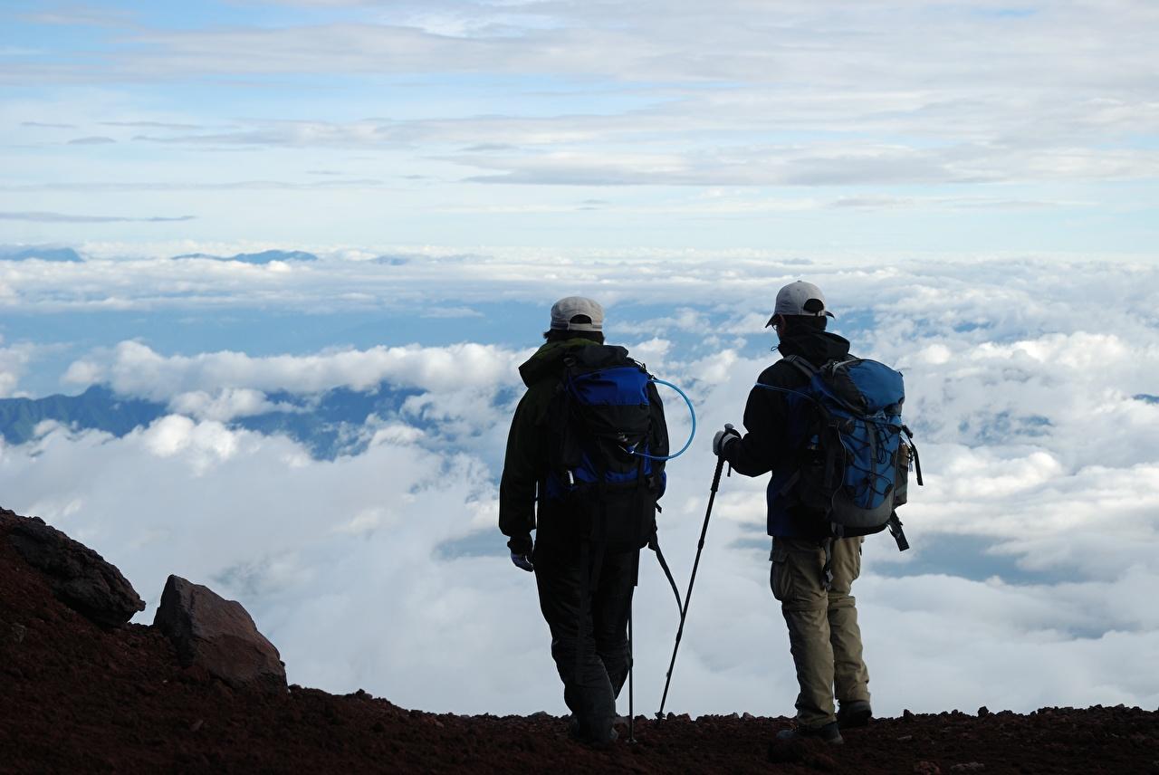 Фотографии путешественник Мужчины альпинисты Рюкзак Двое облачно Бейсболка Турист мужчина Альпинист 2 два две вдвоем Кепка кепке кепкой Облака облако