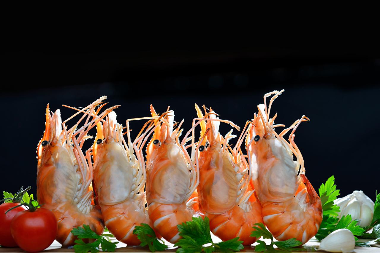 Фотография Креветки Еда Овощи Морепродукты на черном фоне Крупным планом Пища Продукты питания вблизи Черный фон