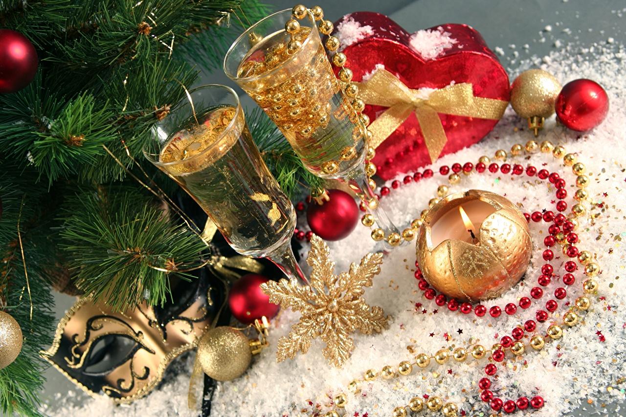 Картинка Новый год золотая Игристое вино Маски Бокалы Шарики Праздники Рождество золотых Золотой золотые Шампанское Шар бокал