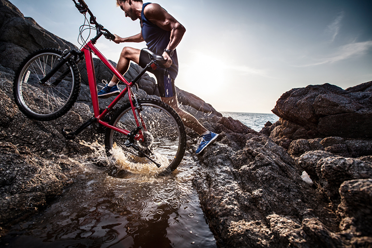 Обои для рабочего стола мужчина велосипеды спортивная с брызгами Мужчины Велосипед велосипеде Спорт спортивный спортивные Брызги