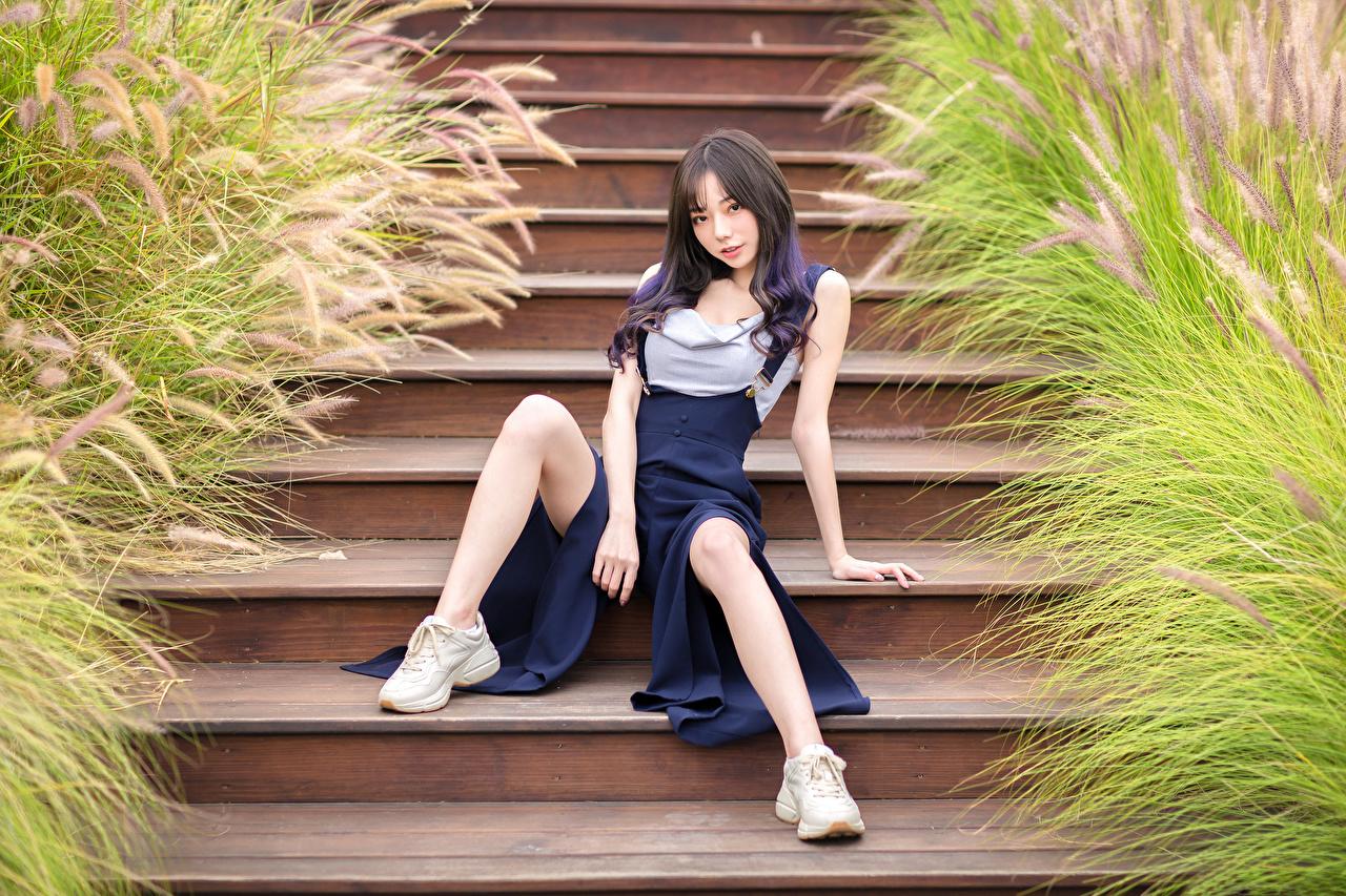 Картинки Поза Девушки Лестница Ноги Азиаты Сидит смотрит позирует девушка лестницы молодая женщина молодые женщины ног азиатки азиатка сидя сидящие Взгляд смотрят