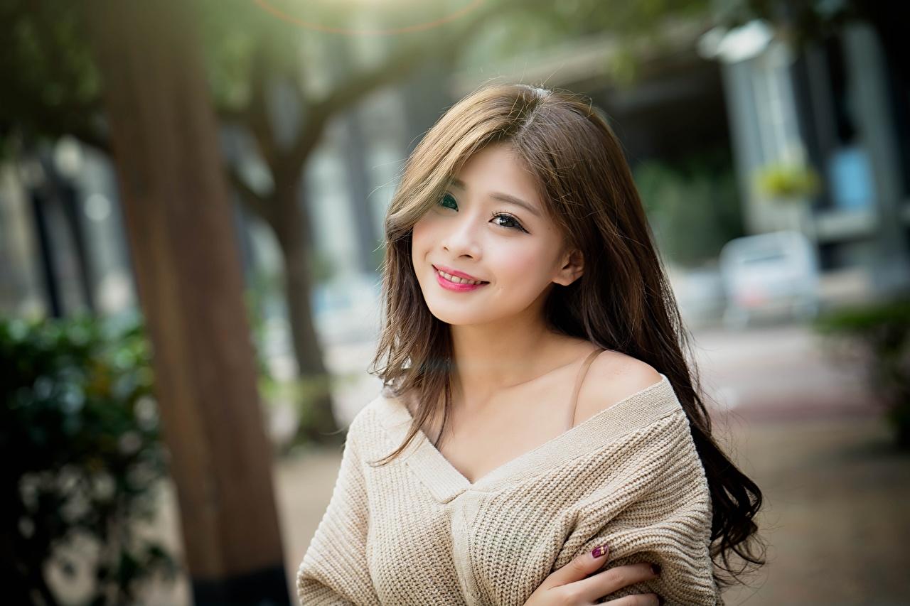 Фотографии шатенки Улыбка Размытый фон Девушки Азиаты Взгляд Шатенка улыбается боке девушка молодая женщина молодые женщины азиатки азиатка смотрит смотрят