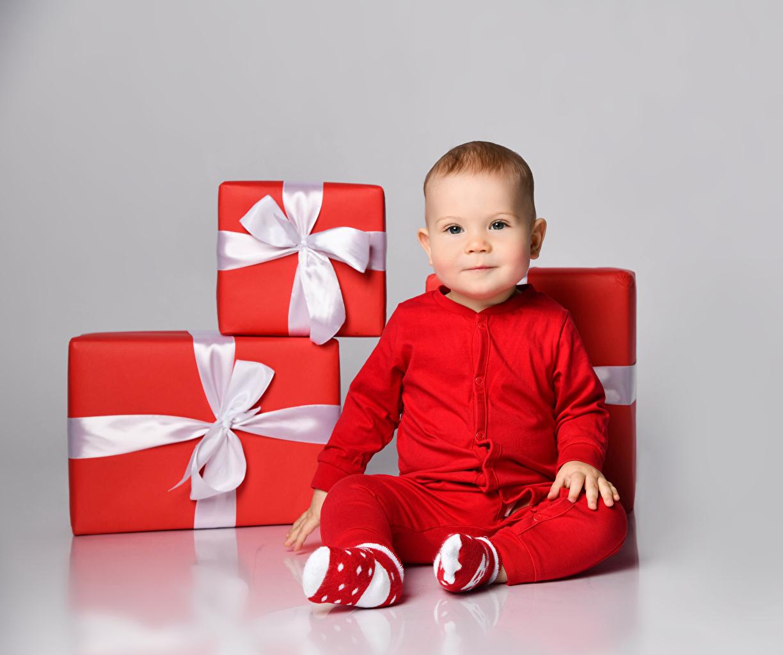Картинка грудной ребёнок Рождество ребёнок Красный подарок Сидит бантики Взгляд Серый фон младенца младенец Младенцы Новый год Дети красных красные красная Подарки подарков сидя бант Бантик сидящие смотрят смотрит сером фоне