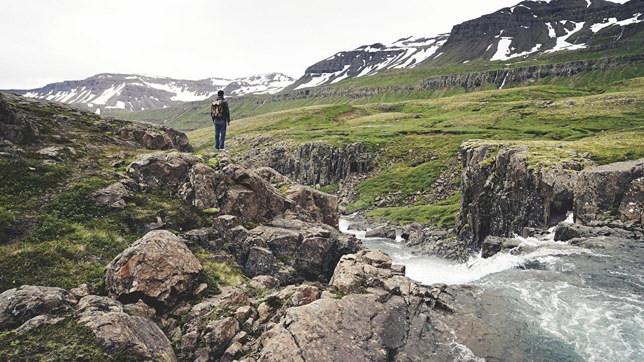 Фотографии путешественник Горы Ручей ходьба Природа Камни Турист идет гора гуляет ручеек Прогулка Камень