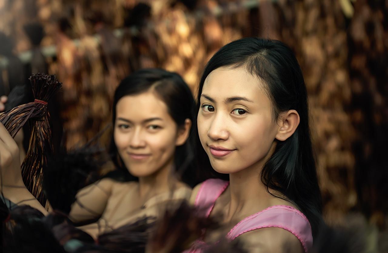 Картинка брюнеток Двое молодая женщина азиатка Взгляд Брюнетка брюнетки 2 два две вдвоем Девушки девушка молодые женщины Азиаты азиатки смотрят смотрит