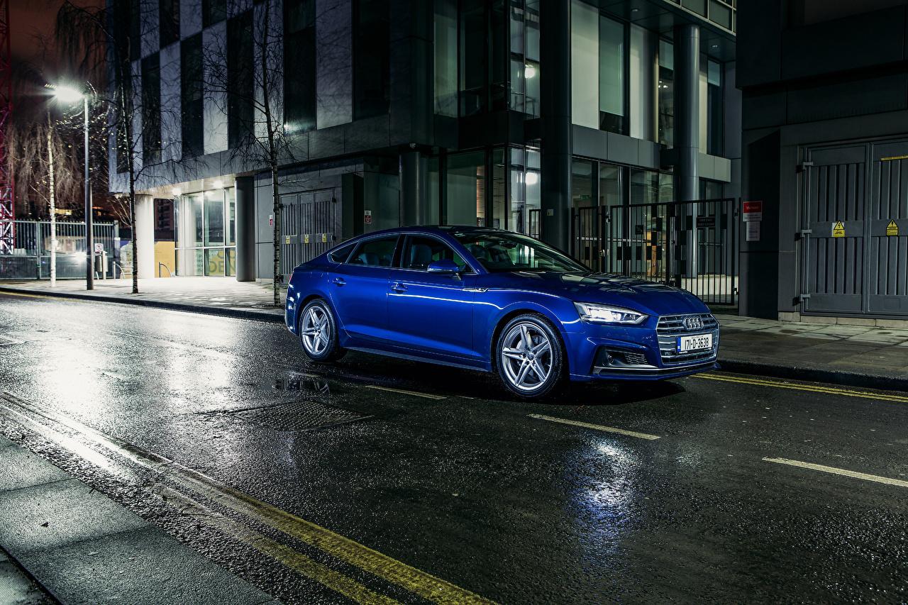 Фотографии Ауди 2017 Audi A5 Sportback 2.0 TDI quattro S line синие улице Ночь машина Металлик синих Синий синяя улиц Улица авто ночью в ночи машины Ночные автомобиль Автомобили