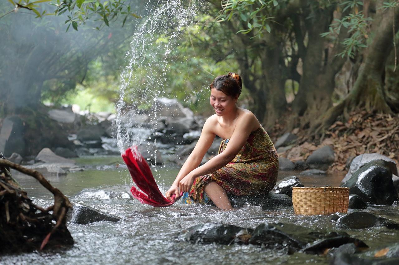 Обои для рабочего стола улыбается washing Ручей девушка Азиаты Брызги Корзинка Камни Улыбка ручеек Девушки молодая женщина молодые женщины азиатки азиатка Корзина корзины с брызгами Камень