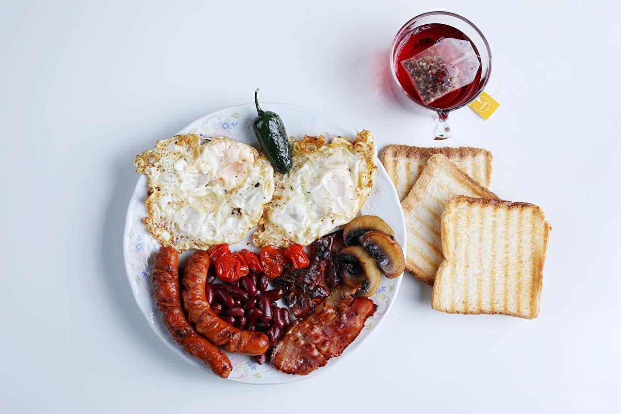 Картинки глазунья Чай Завтрак Хлеб Сосиска Пища Чашка Овощи Серый фон Яичница яичницы Еда чашке Продукты питания сером фоне