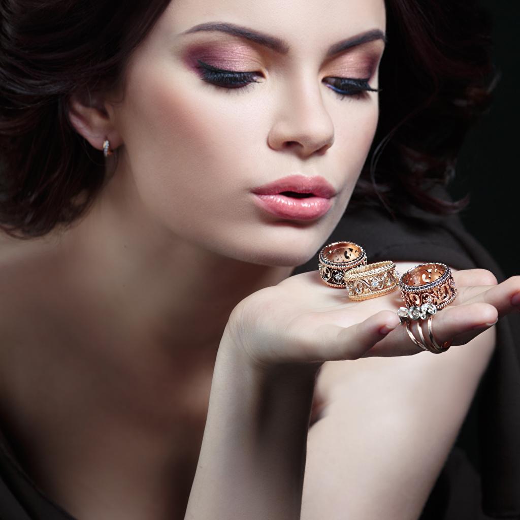 Обои для рабочего стола Макияж Лицо Золотой Девушки кольца Руки Крупным планом мейкап косметика на лице лица золотые золотая золотых девушка молодая женщина молодые женщины Кольцо кольца ювелирное кольцо рука вблизи