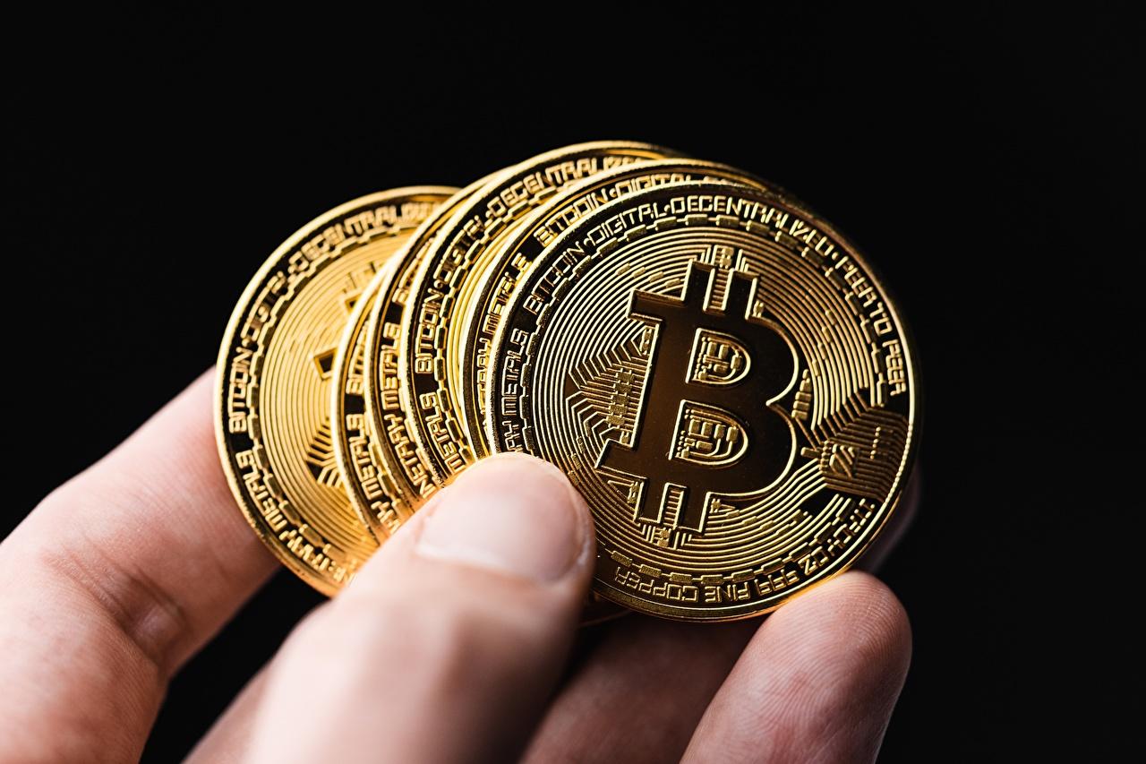 Фото Монеты Биткоин Деньги Пальцы Черный фон Крупным планом Bitcoin вблизи на черном фоне