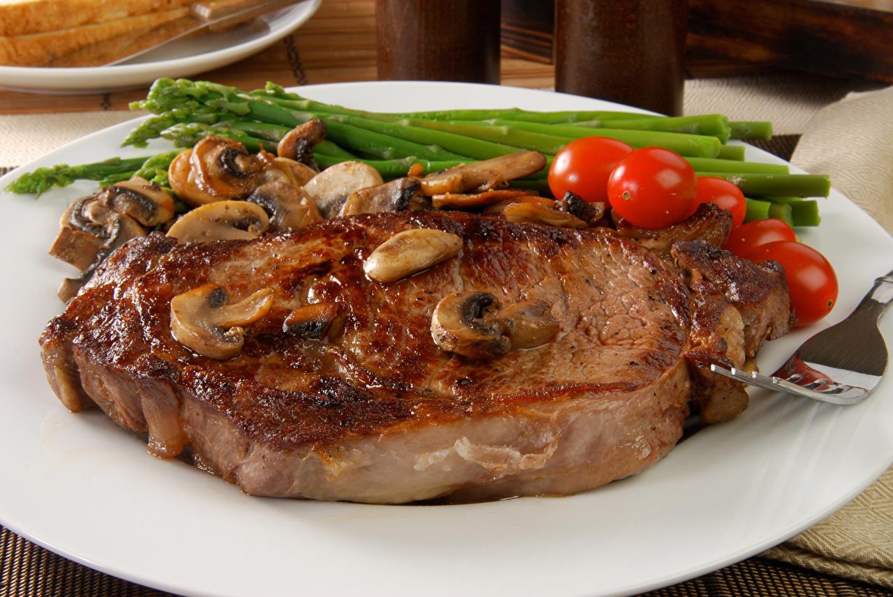 Картинка Помидоры Грибы Тарелка Продукты питания Мясные продукты Томаты Еда Пища тарелке