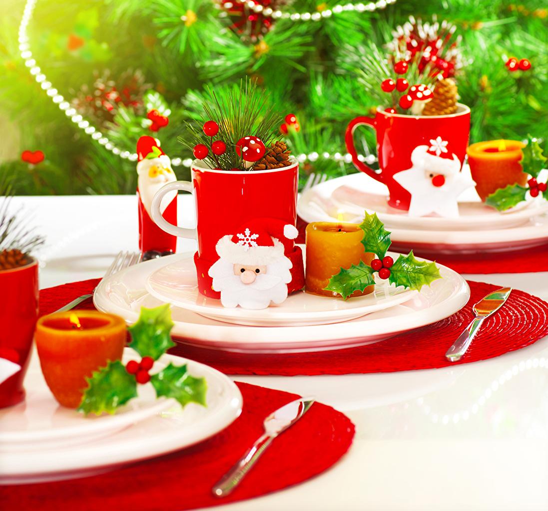 Картинка Рождество ножик Санта-Клаус Пища Свечи чашке кружке Тарелка Сервировка Новый год Нож Дед Мороз Еда Чашка Кружка кружки тарелке Продукты питания накрытия стола