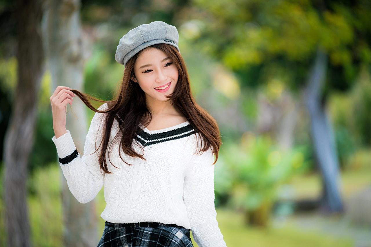 Фотографии шатенки Улыбка Размытый фон молодая женщина азиатки Руки смотрит Шатенка улыбается боке девушка Девушки молодые женщины Азиаты азиатка рука Взгляд смотрят