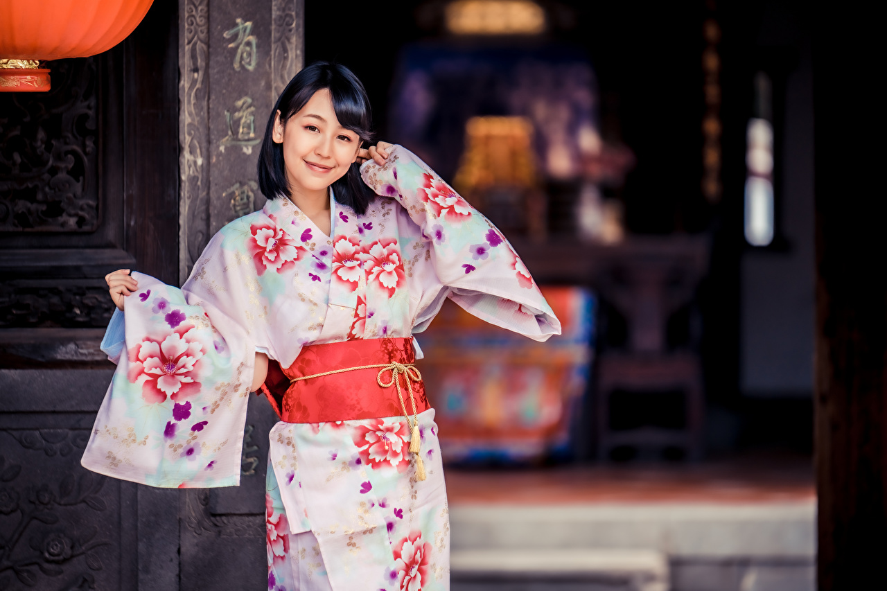 Картинка Брюнетка улыбается Кимоно девушка Азиаты смотрят брюнеток брюнетки Улыбка Девушки молодые женщины молодая женщина азиатка азиатки Взгляд смотрит