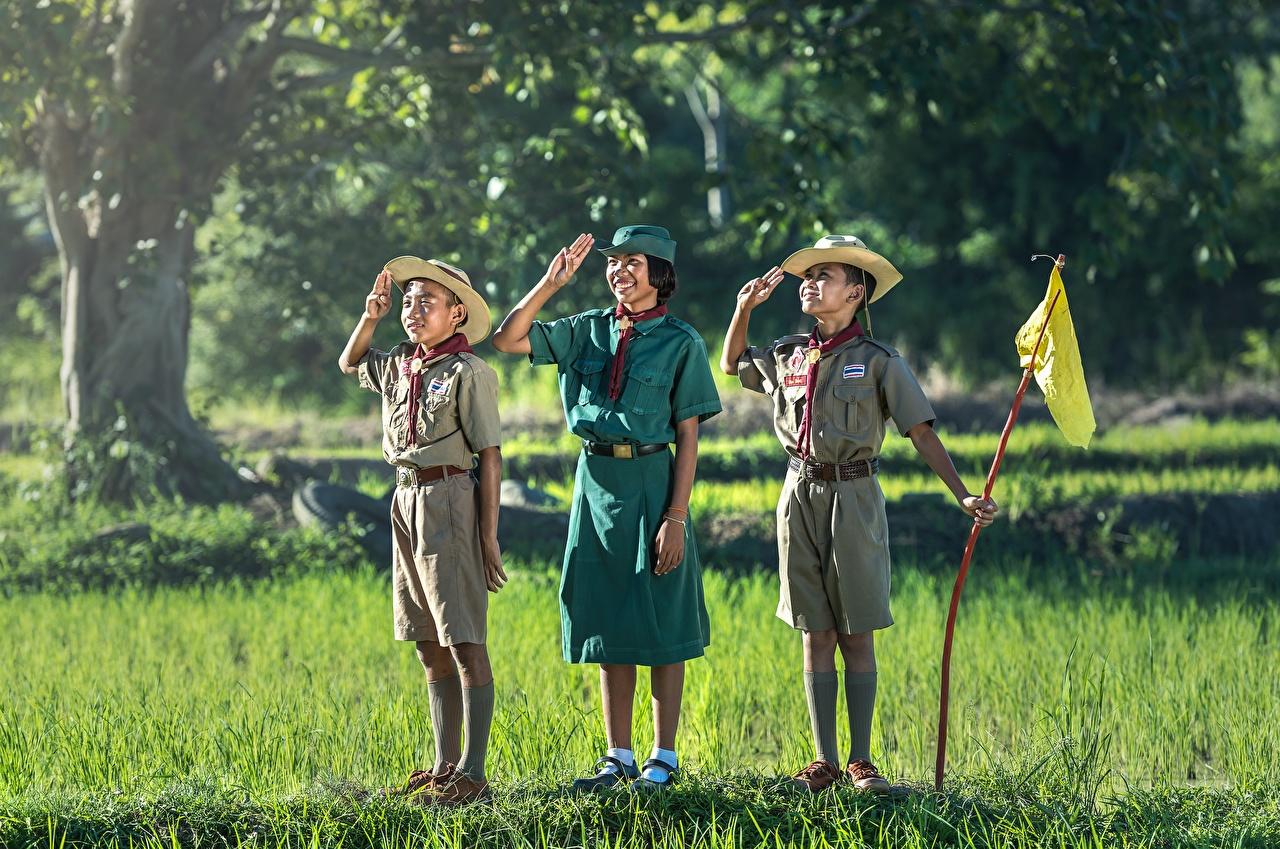 Фотография Девочки Мальчики Ребёнок Шляпа Азиаты Трава Трое 3 Униформа Дети втроем