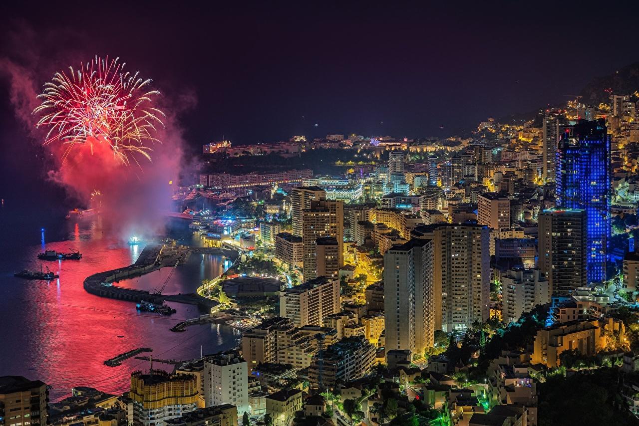 Картинки Салют Монако ночью Залив Сверху Города Здания фейерверк Ночь в ночи заливы Ночные залива Дома город
