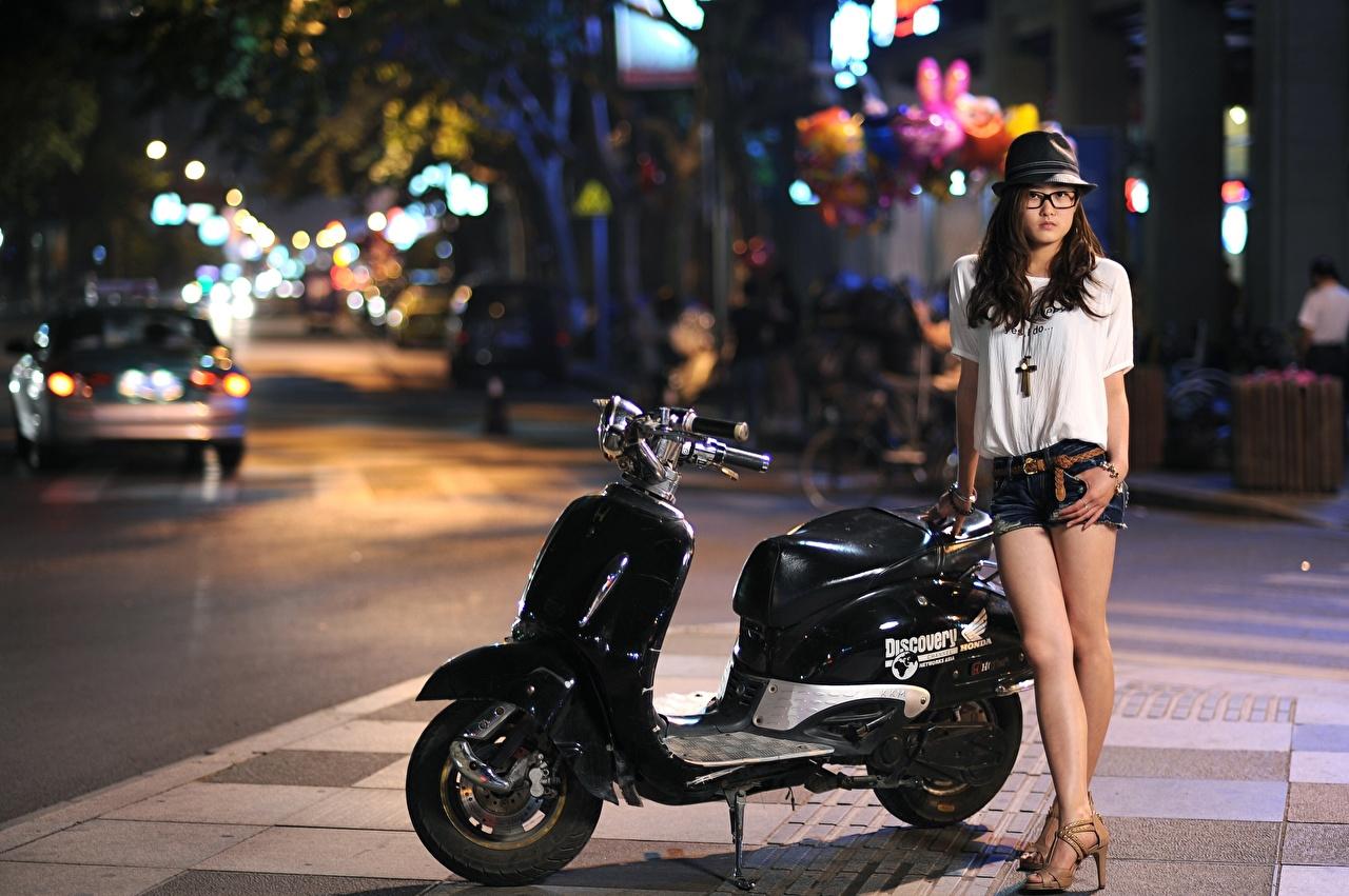 Фото Скутер шляпы молодые женщины улиц азиатки очков Шорты Ночные Мотороллер Шляпа шляпе девушка Девушки молодая женщина улице Улица Азиаты азиатка Очки шорт Ночь очках ночью в ночи шортах