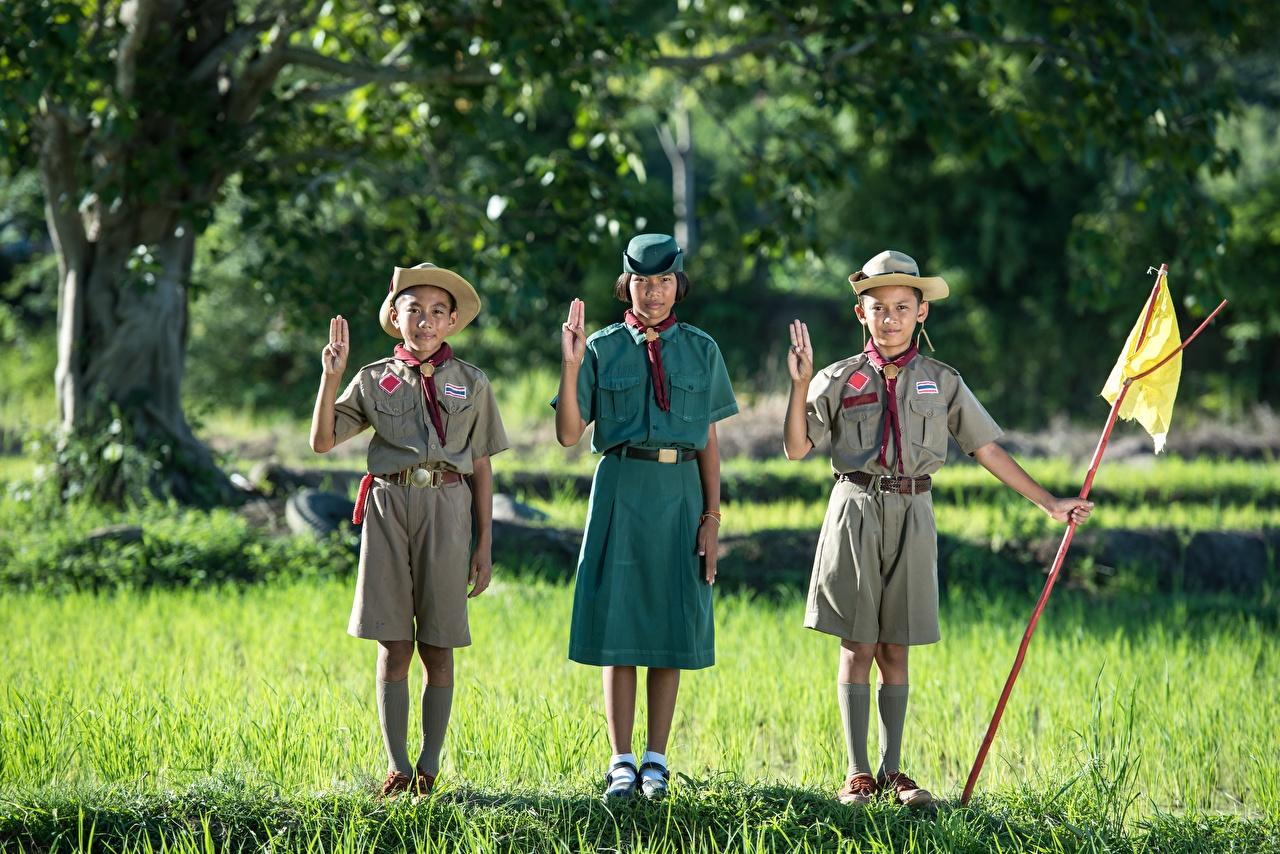 Картинка Девочки Мальчики Дети Шляпа Азиаты Трава втроем Униформа Ребёнок Трое 3