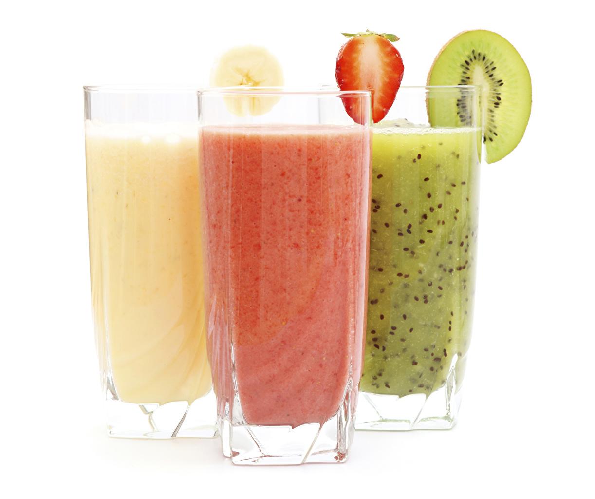 Фотография Сок Киви стакане Клубника Еда втроем Белый фон Стакан стакана Пища Трое 3 Продукты питания