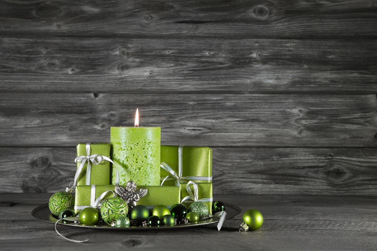 Обои для рабочего стола Новый год Салатовый Свечи Шарики Доски Рождество салатовая салатовые желто зеленый Шар