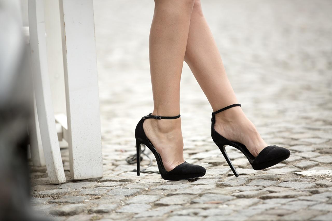 Обои для рабочего стола черные девушка ног Крупным планом туфель черная черных Черный Девушки молодые женщины молодая женщина Ноги вблизи Туфли туфлях