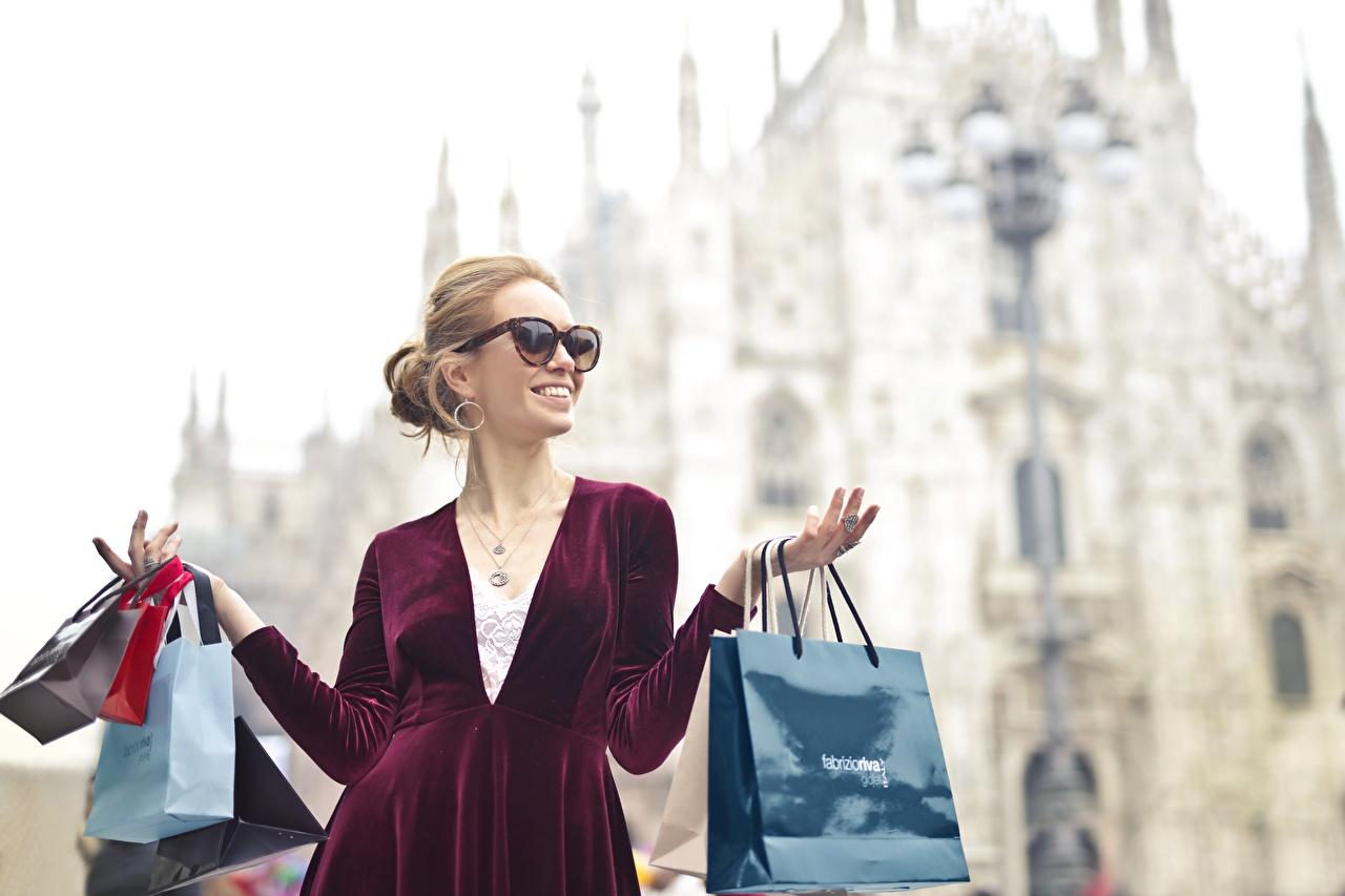 Фото покупать Улыбка счастливые Бумажный пакет Размытый фон Девушки рука очков купили Покупки покупка Радость счастье радостная радостный улыбается счастливая счастливый боке девушка молодые женщины молодая женщина Очки Руки очках
