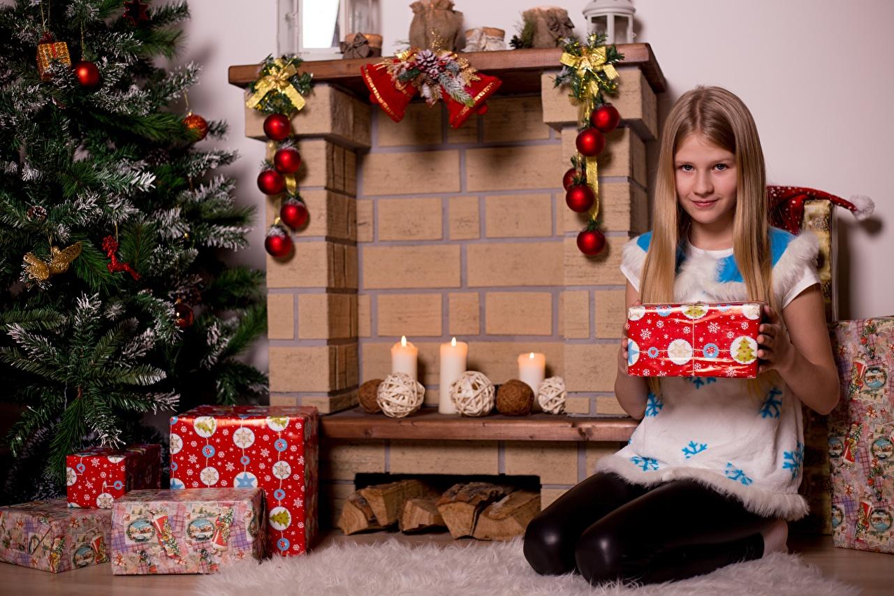 Обои Девочки Рождество Шарф Ребёнок Новогодняя ёлка Камин Подарки Сидит Свечи Новый год Дети Елка сидящие