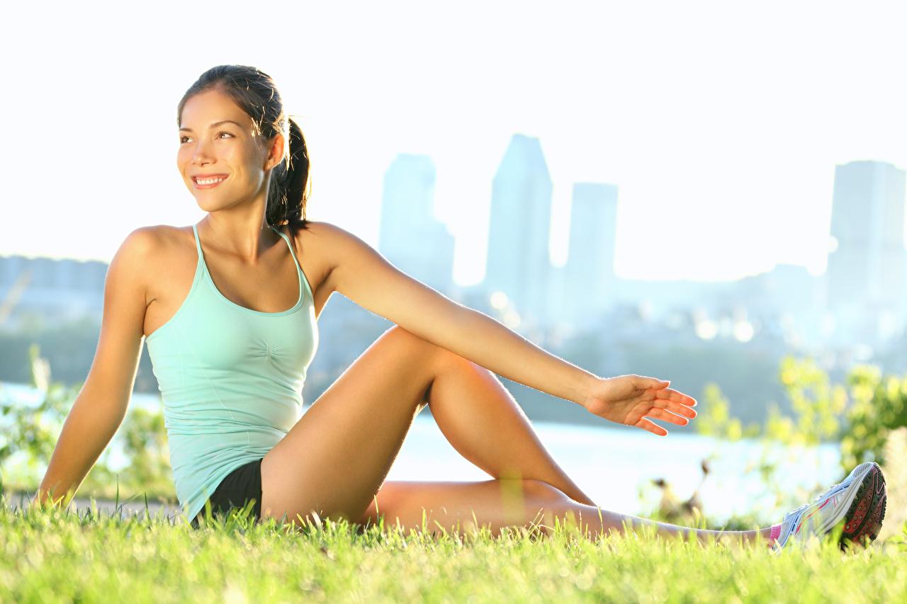 Картинка брюнетки Фитнес Девушки ног Руки Сидит Трава брюнеток Брюнетка девушка молодые женщины молодая женщина Ноги рука сидя траве сидящие