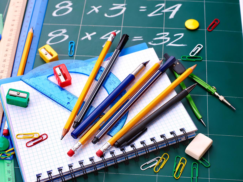 Обои для рабочего стола Школа Карандаши Шариковая ручка Тетрадь школьные карандаш карандаша карандашей