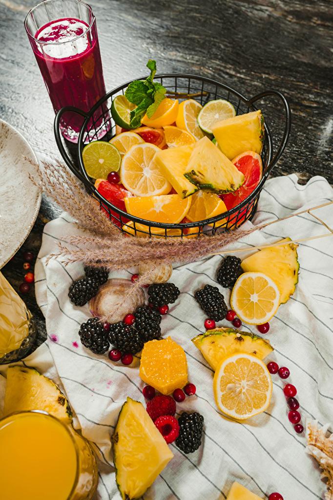 Обои для рабочего стола Сок Лайм Апельсин Стакан Ананасы Ежевика Еда Ягоды Фрукты  для мобильного телефона стакане стакана Пища Продукты питания