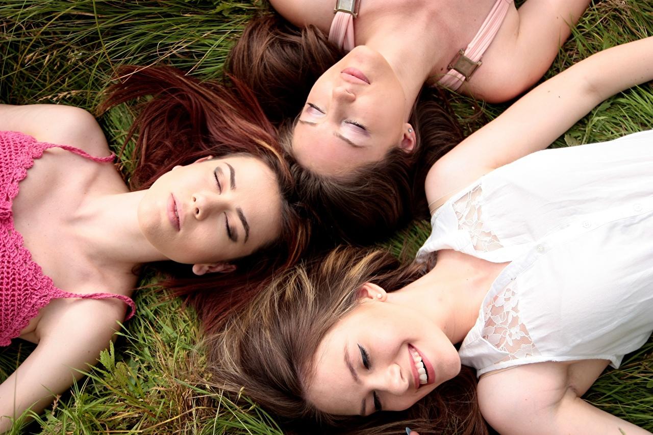Фотография шатенки улыбается Лежит красивая спят Девушки Трое 3 траве Шатенка Улыбка лежа лежат лежачие красивый Красивые сон Спит спящий девушка молодые женщины молодая женщина три Трава втроем