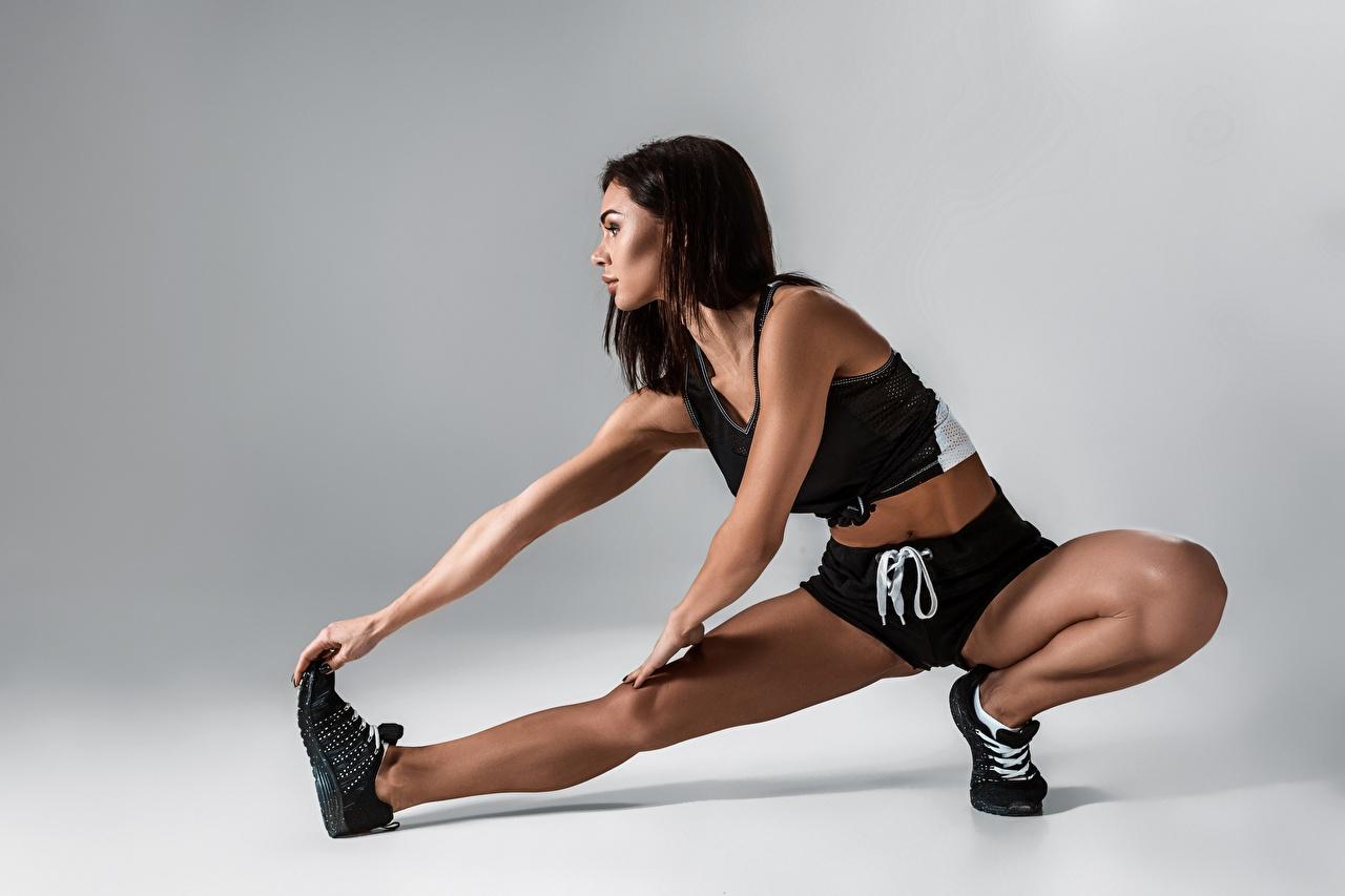 Картинки Брюнетка Растяжка упражнение Фитнес Спорт девушка Ноги брюнетки брюнеток растягивается Девушки спортивные спортивная спортивный молодая женщина молодые женщины ног