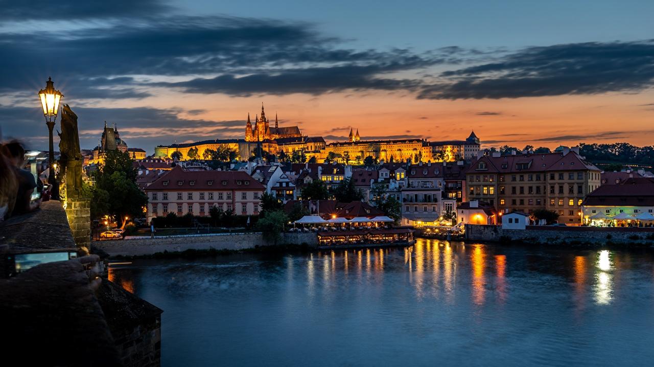 Фото Прага Чехия Vltava рассвет и закат река Вечер Уличные фонари Дома Города Рассветы и закаты Реки речка город Здания