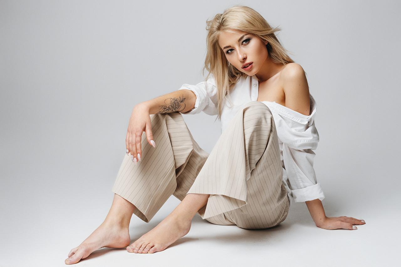 Фото блондинок Модель Lena Девушки сидя штаны Взгляд блондинки Блондинка фотомодель девушка молодая женщина молодые женщины Сидит сидящие Брюки смотрит смотрят