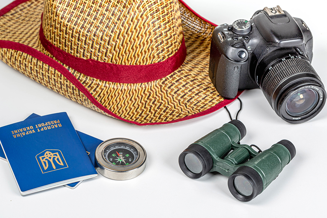 Фотографии Туризм Украина компаса Фотоаппарат binoculars шляпы белым фоном Компас фотокамера Шляпа шляпе Белый фон белом фоне