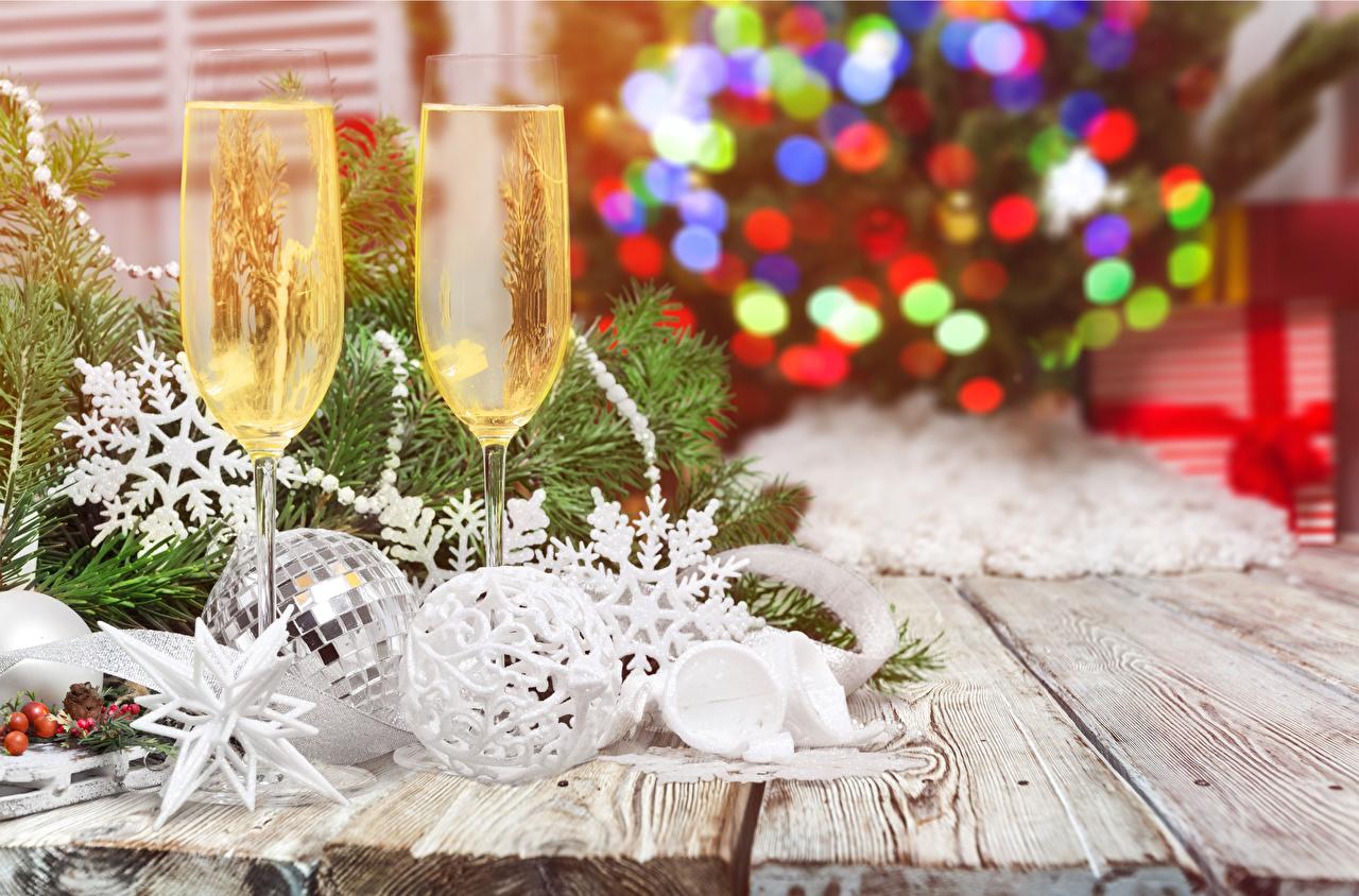 Фотографии Новый год 2 Шампанское Еда Бокалы Доски Рождество два две Двое вдвоем Игристое вино Пища бокал Продукты питания
