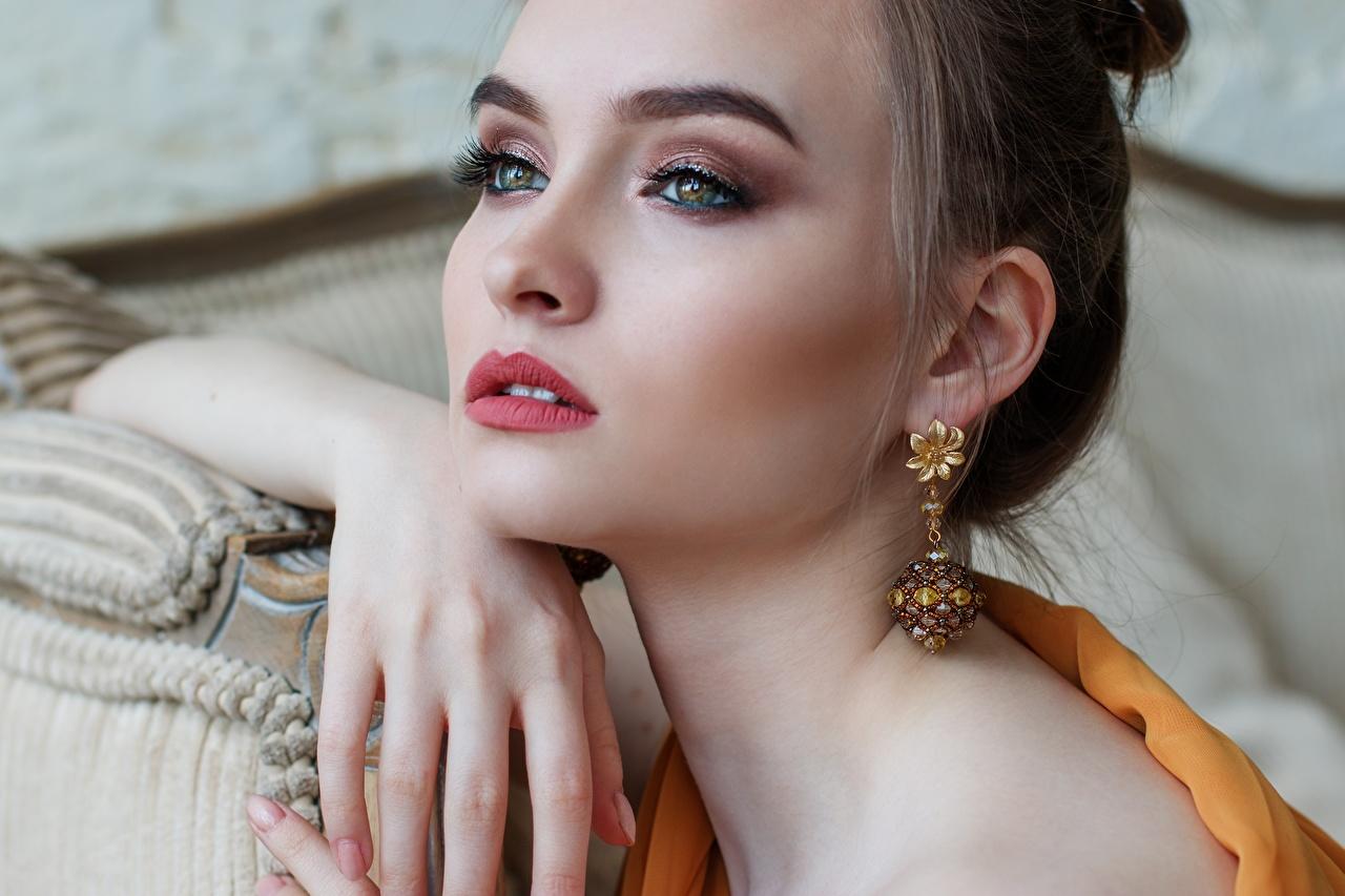 Картинка Глаза Шатенка Макияж Красивые Лицо Девушки Губы Серьги Пальцы смотрит мейкап Взгляд