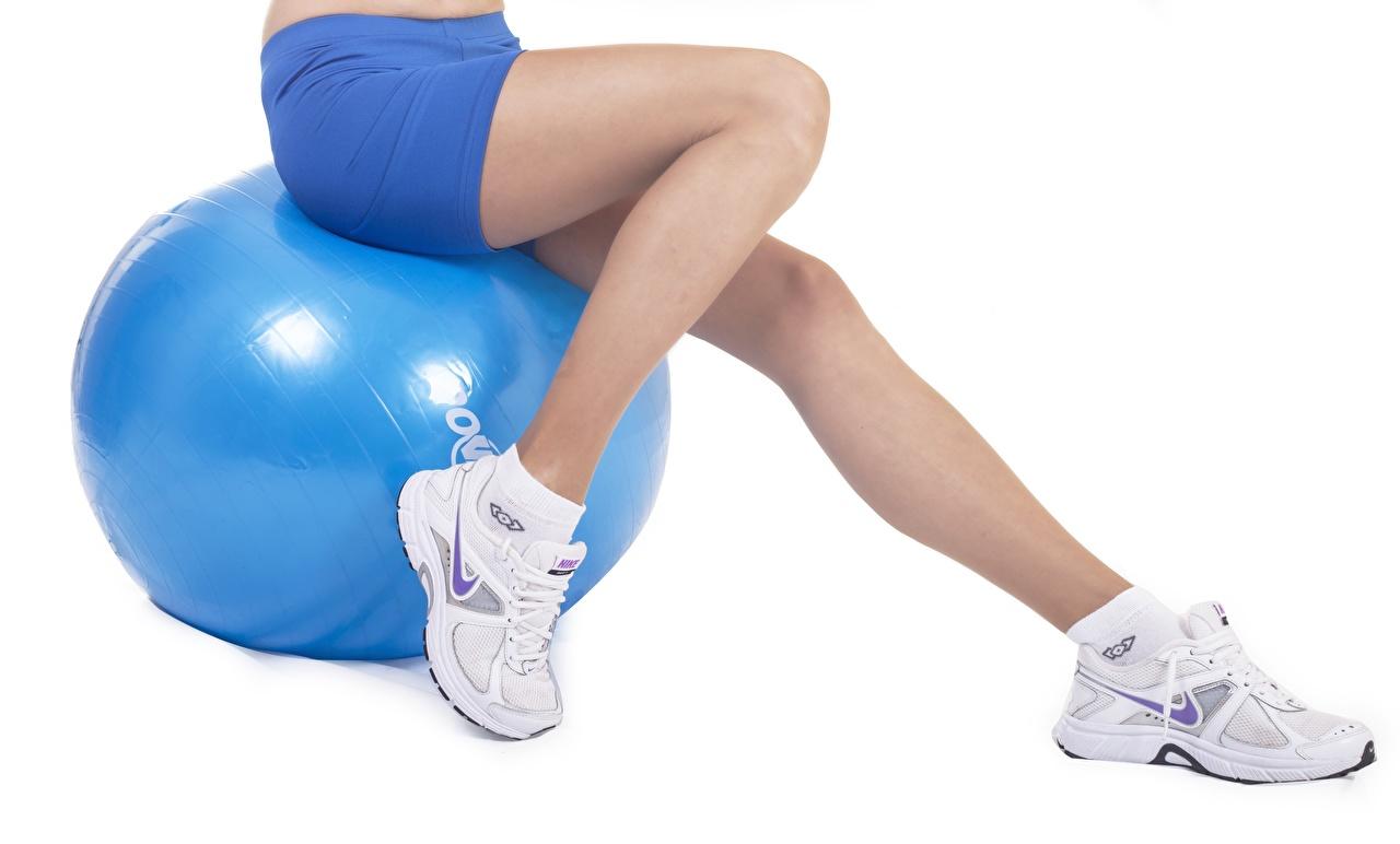 Фотография Фитнес Кроссовки спортивные ног Мяч сидя шорт Белый фон Спорт спортивный спортивная кроссовках Ноги Мячик Шорты Сидит шортах сидящие белом фоне белым фоном