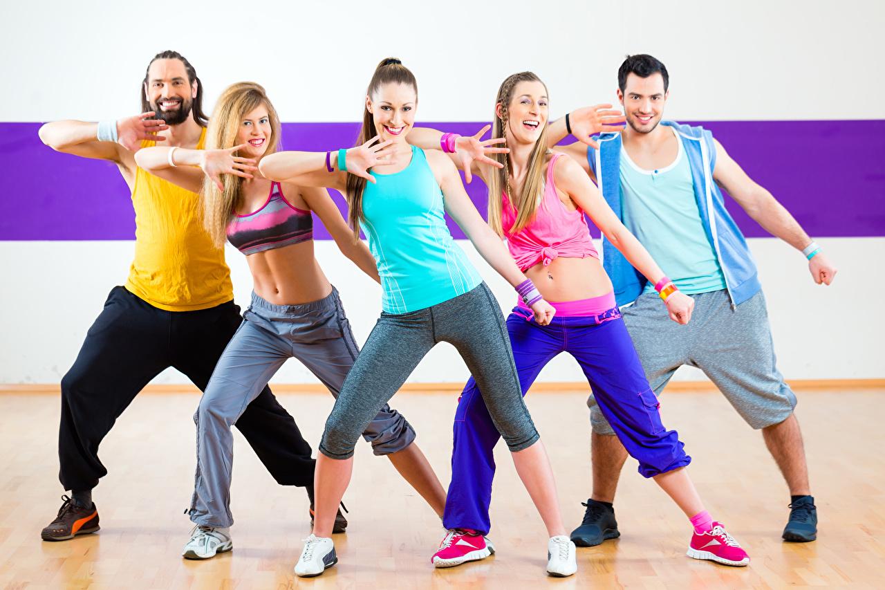 Обои для рабочего стола блондинки Мужчины танцуют улыбается Девушки кроссовках Ноги Блондинка блондинок мужчина Танцы Улыбка танцует девушка Кроссовки молодая женщина молодые женщины ног