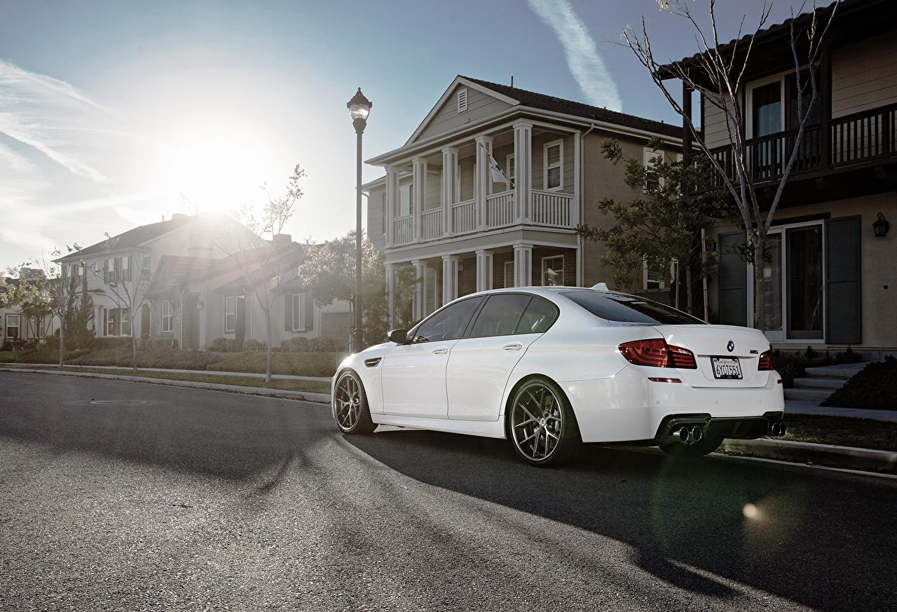Фото БМВ m5, f10 белая асфальта Автомобили Здания Города BMW Белый белые белых авто машины машина Асфальт автомобиль Дома город
