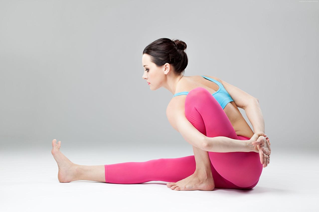 Фото брюнеток Йога позирует Девушки ног рука Сбоку сидящие брюнетки Брюнетка йогой Поза девушка молодая женщина молодые женщины Ноги Руки сидя Сидит