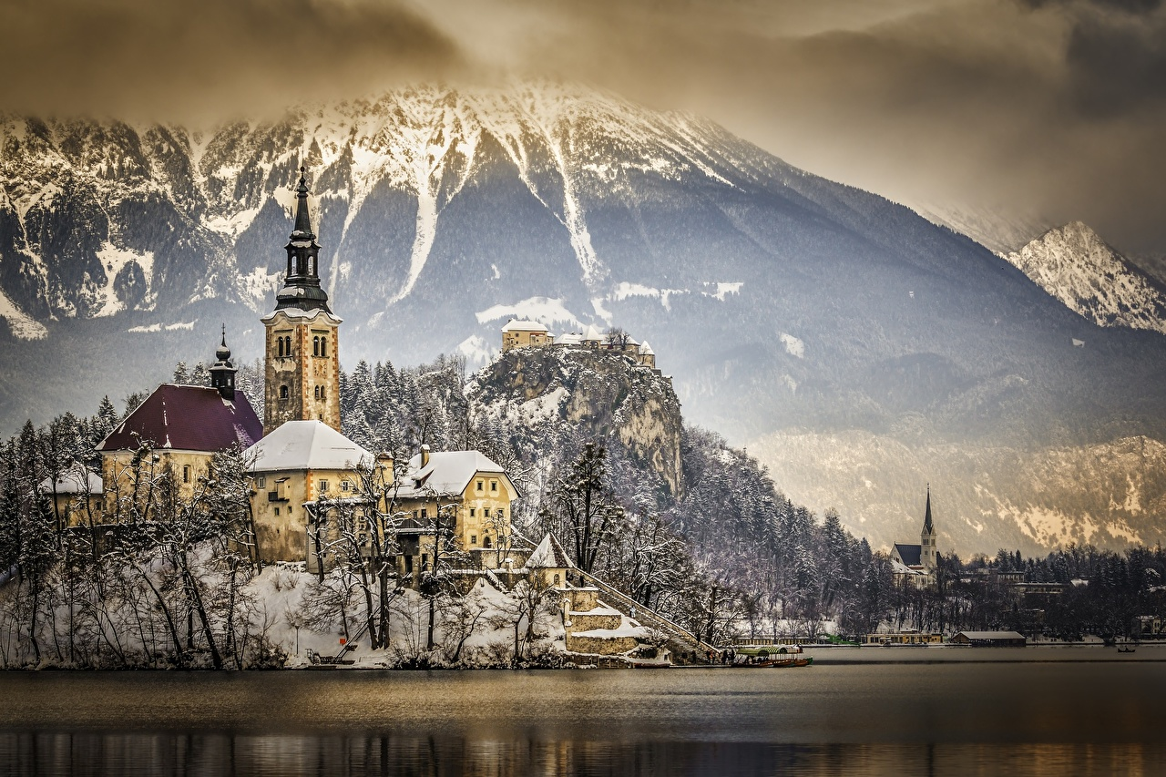 Обои Альпы Словения Lake Bled, Bled castle Горы Утес Замки зимние Природа Снег Озеро Зима Скала