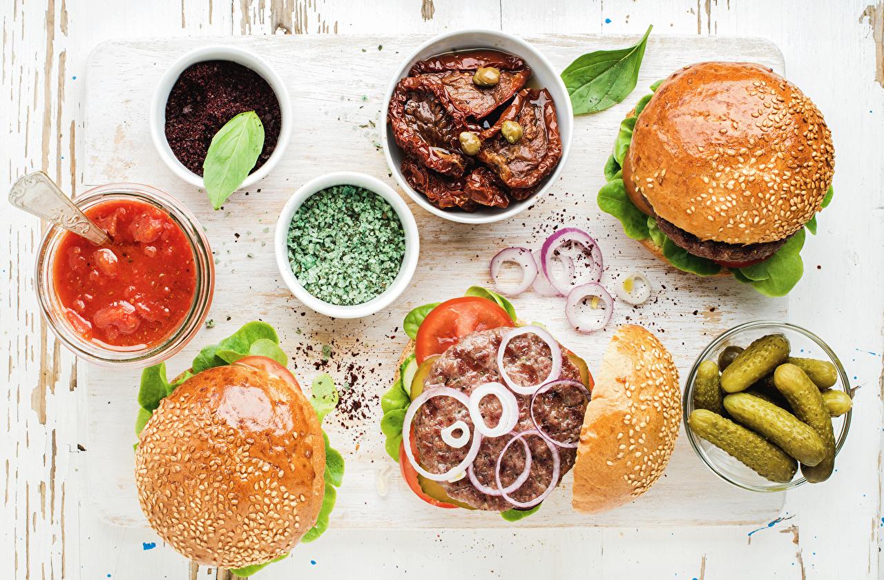 Обои для рабочего стола Огурцы Гамбургер Лук репчатый Кетчуп Булочки Овощи Специи Продукты питания кетчупа кетчупом Еда Пища пряности приправы