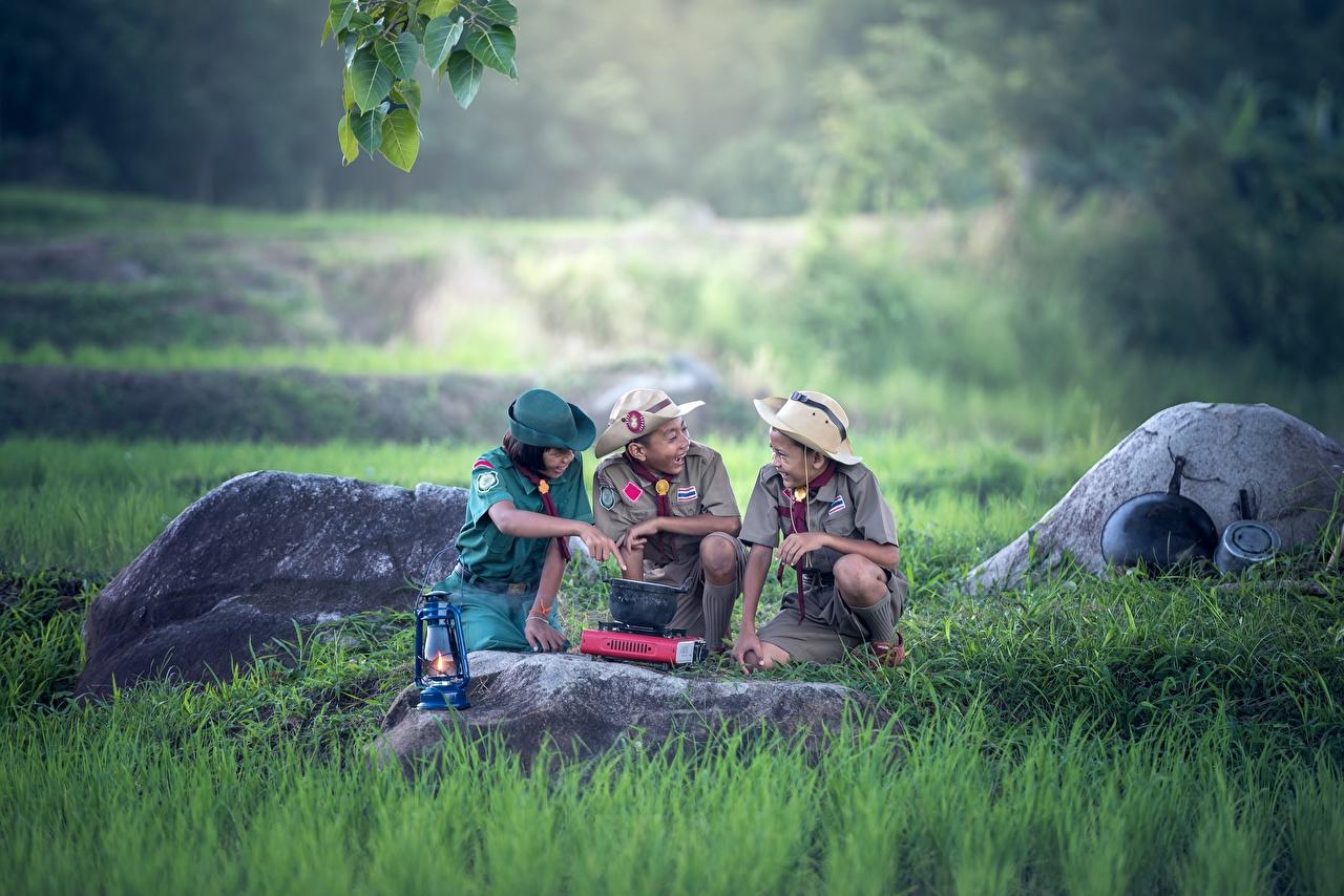 Картинка Мальчики Скаут Дети Шляпа Азиаты Трава Камень втроем Униформа Ребёнок Трое 3 Камни