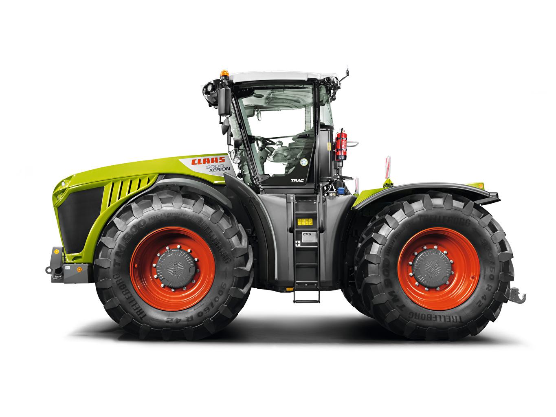 Фотографии тракторы Claas Xerion 5000 Trac, 2014 Сбоку белым фоном Трактор трактора Белый фон белом фоне