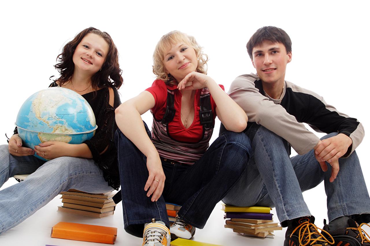Картинка Школа Глобус юноша молодые женщины Трое 3 книги сидящие белом фоне школьные глобусы глобусом Парни парень подросток девушка Девушки молодая женщина три сидя Книга Сидит втроем Белый фон белым фоном